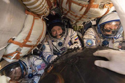 Троє космонавтів успішно повернулись на Землю