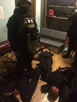 У Києві затримали поліцейських, які били людей та сприяли злочинцям