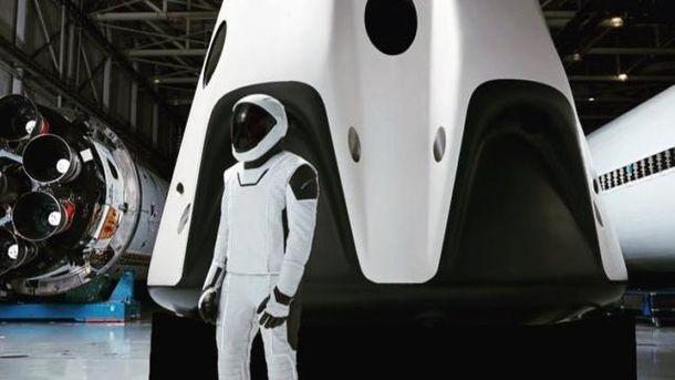 Скафандр астронавта SpaceX біля корабля Crew Dragon