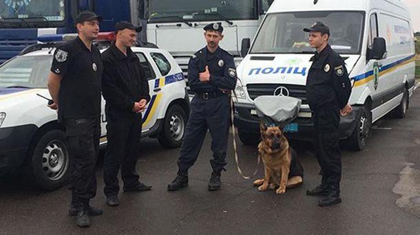 Полиция охраняет порядок на пункте пропуска