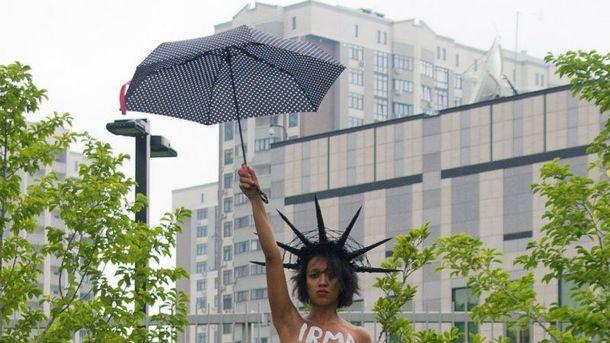 Femen устроили акцию упосольства США вКиеве— Голая просьба