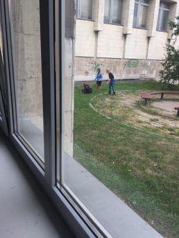 У Києві біля КПІ хлопець намагався перерізати собі горло