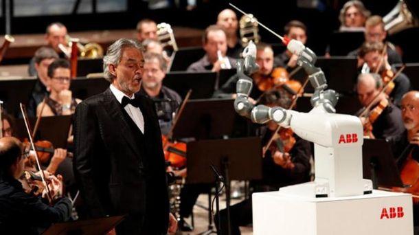 Робот Yumi диригує оркестром з тенором Андреа Бочеллі