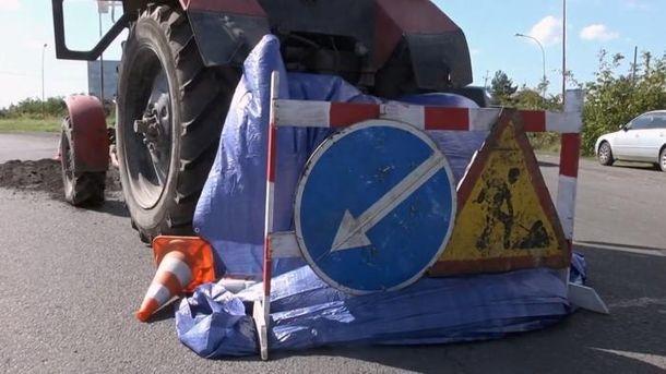 Працівника затягнуло під трактор під час дорожніх робіт на Закарпатті: чоловік загинув