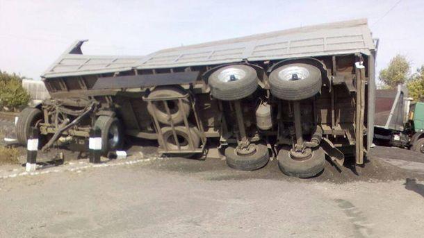 НаХарківщині КамАЗ влетів упасажирський потяг— є постраждалі