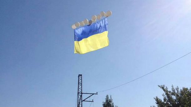 В небе над оккупированным Донецком появился огромный сине-желтый стяг