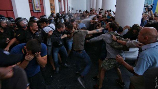 Пожежа втаборі вОдесі: протестувальники встановили намети під мерією