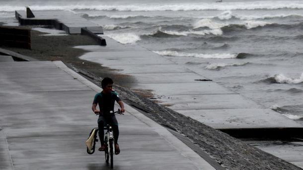 Через небезпечний тайфун в Японії скасували понад півтисячі авіарейсів: промовисті фото
