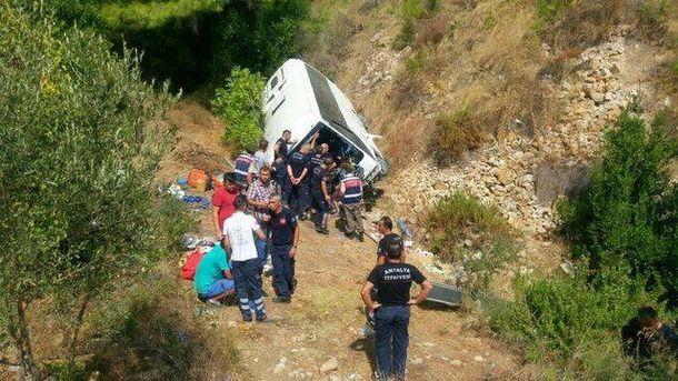 УТуреччині автобус зірвався зі скелі, загинули щонайменше дві людини
