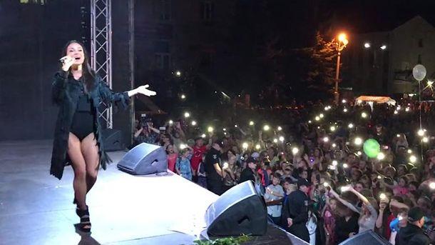 Наконцерте украинской эстрадной певицы случилась беда— Сцена разрушена