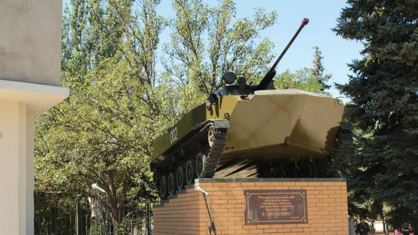 Неизвестные взорвали монумент десантникам вцентре Луганска