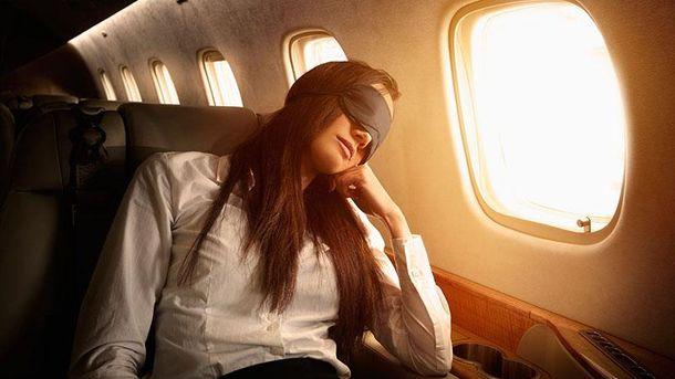 Спати в літаку під час польоту небезпечно