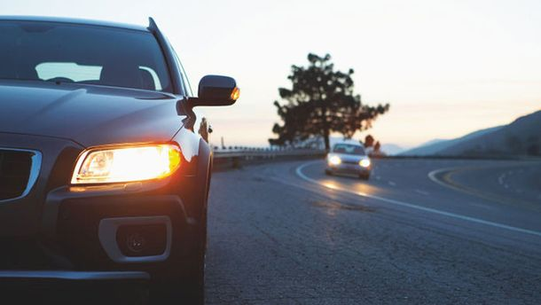 На авто следует включать ближний свет фар