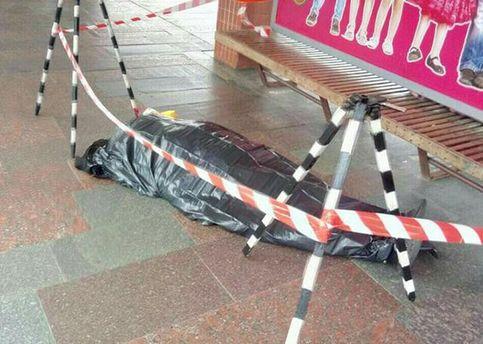 Возле метро в Киеве умер мужчина