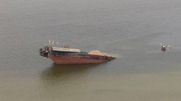 Затонула баржа
