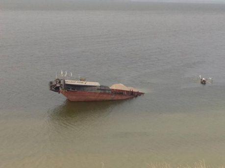 ИзКаховского водохранилища дрейфует 6-километровое нефтяное пятно
