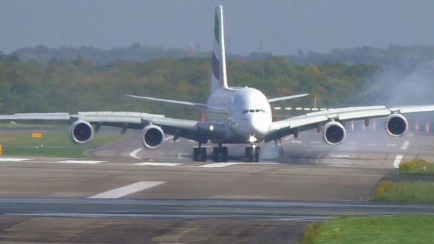 Пасажирський літак сідає ваеропорту Дюссельдорфа під час урагану Ксав'єр. Відео дня
