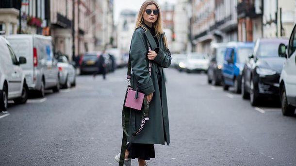 Как носить пальто с кроссовками: 5 главных правил