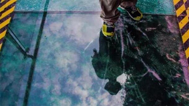 """Стеклянный мост в Китае начал """"давать трещины"""", когда на нем были люди"""