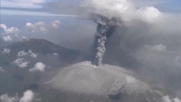 Вулиці, вкриті попелом: уЯпонії почалось масштабне виверження вулкану