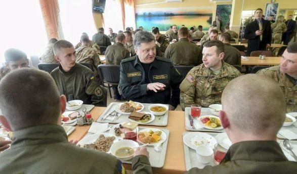Порошенко скуштував нової солдатської їжі