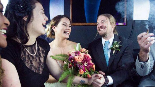 Як відбуваються весілля в Міжнародній церкві конопель: яскраві фото