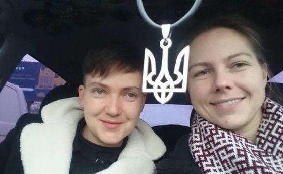 Надежда Савченко вместе с сестрой Верой в авто