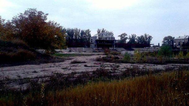 Як виглядає стадіон біля окупованого Донецька