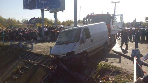 З річки на Хмельниччині витягнули затонулий мікроавтобус
