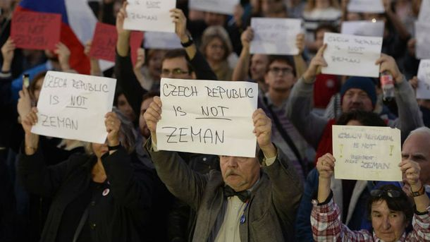 Чехи устроили протест у резиденции Земана