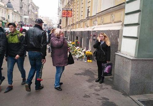 ДТП на Сумській у Харкові: люди несуть квіти на місце трагедії