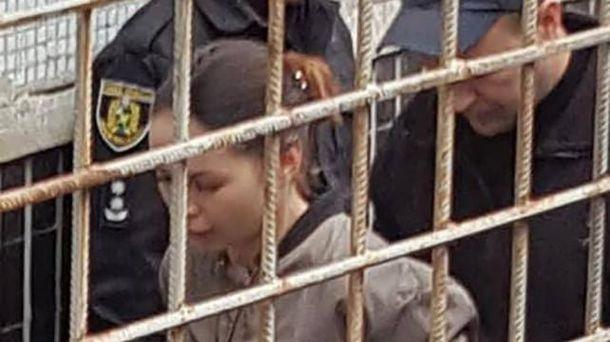 Алена Зайцева идет в зал суда