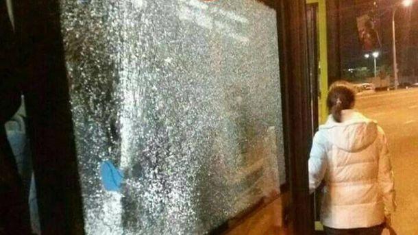 Невідомий кинув величезний камінь укиївський автобус, постраждала дівчина