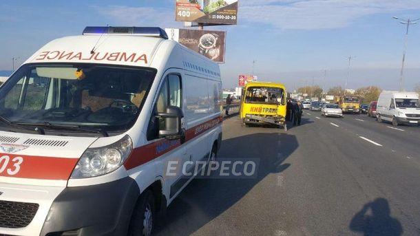 ВКиеве серьезное ДТП: столкнулись маршрутный автобус идва грузового автомобиля