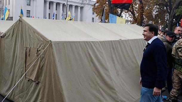 Михеил Саакашвили возле одной из палаток под Радой