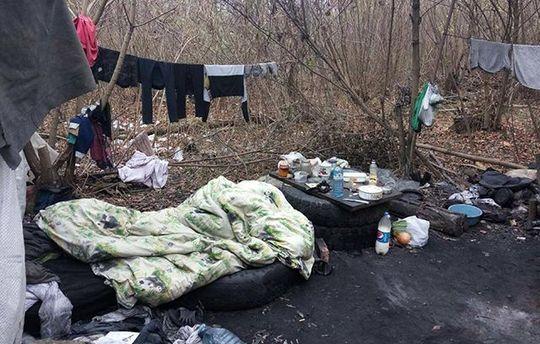 В Харькове правоохранители спасли младенца, жившего с матерью в палатке посреди леса
