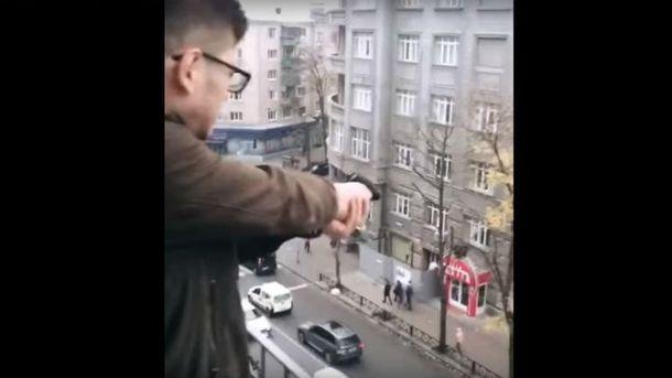 Студент харківського університету задля розваги стріляв збалкона поперехожих із пістолета