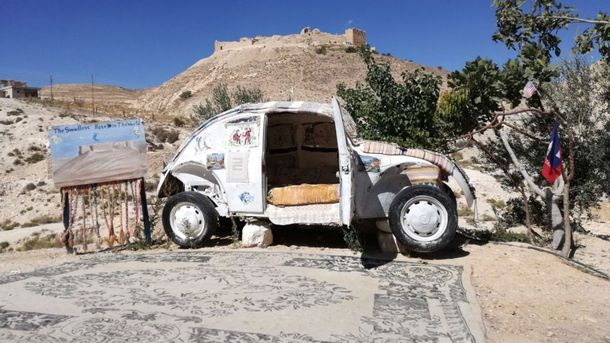 Отель-машина в пустыне в Иордании