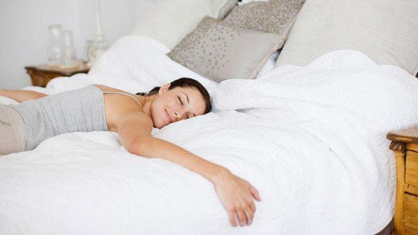 В какой позе сна люди чаще всего видят эротические сновидения