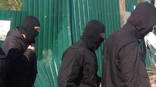 ТЕРМІНОВО! Люди умасках напали на військову частину вОдесі