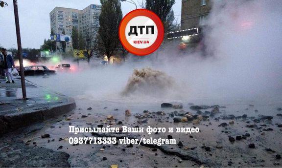ВКиеве возле «Радиорынке» прорвало трубу сгорячей водой