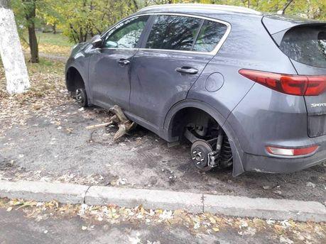 У столиці з автомобілів знімають колеса