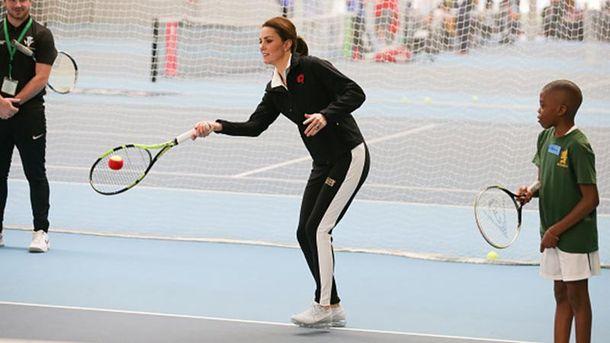 Кейт Миддлтон в спортивном костюме сыграла в теннис