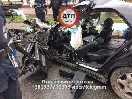 ВКиеве Mercedes наскорости влетел под фургон, шофёр умер