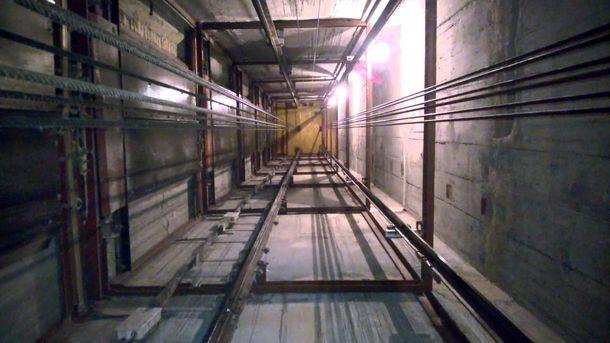 З 16 поверху будинку у Києві обірвався ліфт з жінкою і дитиною всередині