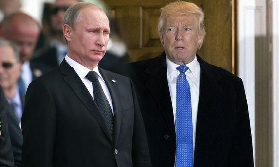 Трамп поплескав Путіна по плечу під час зустрічі у В'єтнамі