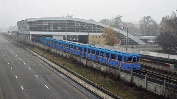 УКиєві настанції метро «Дарниця» наколії впав пасажир