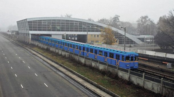 Пасажир впав на колії метро в Києві