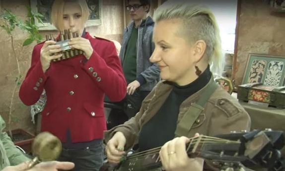 Рок-музыканты сыграли на инструментах из гильз и гранатометов