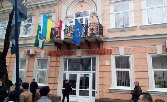 Украинские националисты попытались сжечь флаг Венгрии